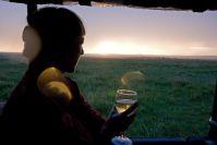 Unsere Getränke verregnen, die Sonne geht hinter Wolken unter, ohne uns