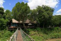 Die Hängebrücke überspannt den Talek River